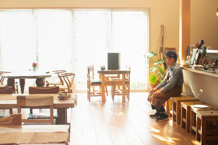 【写真】お店の端っこの椅子に一人のスタッフがポツンと座っている