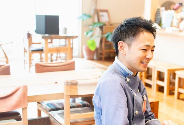 【写真】笑顔で話すふじたさん