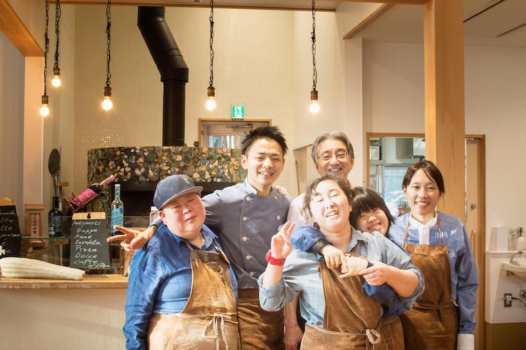【写真】明るい店内で爽やかな笑顔を向けているスタッフ6人