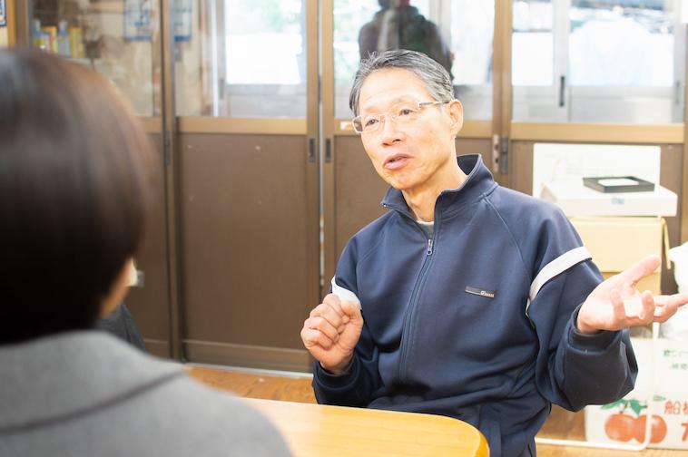 【写真】インタビュアーの目を見て質問に答えるおくのみつるさん