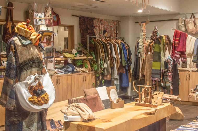 【写真】工房の隣にはショップにはデザイン性の高い洋服や木工用品などが所狭しと並ぶ