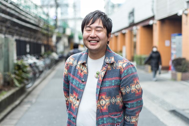 【写真】街頭で笑顔で立つまつらひでのぶさん