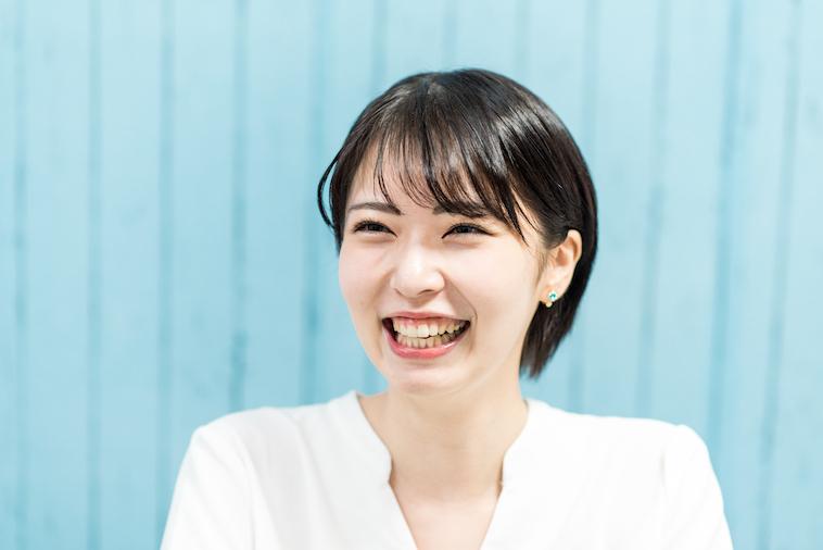 【写真】笑顔でインタビューに答えるともよせれんさん