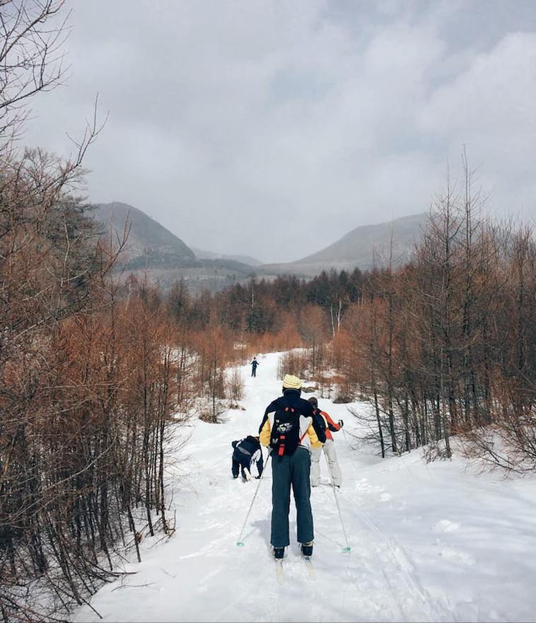 【写真】空と海の利用者が雪景色の中でスキーをしている