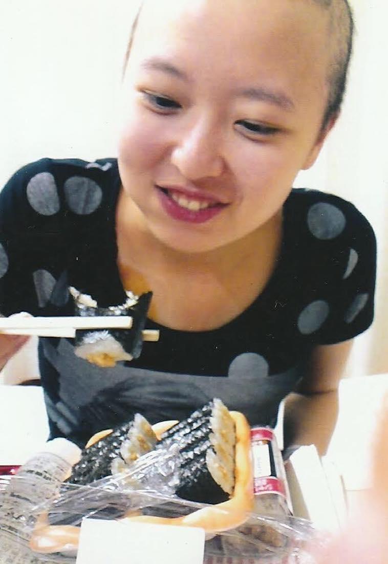 【写真】退院後のともよされんさん。納豆巻きを美味しそうに食べている