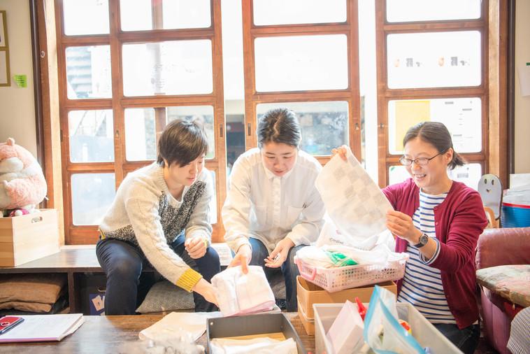 【写真】ぞうきんを縫おうとしている人たち。真剣な人もいれば笑顔の人も