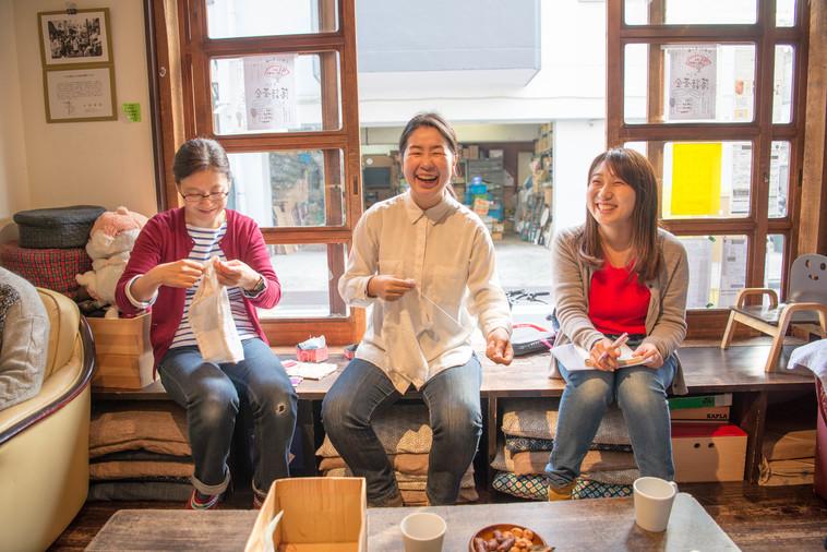 【写真】ぞうきんをぬう人たちの横に、ライターのやつもとが座って笑いあっている