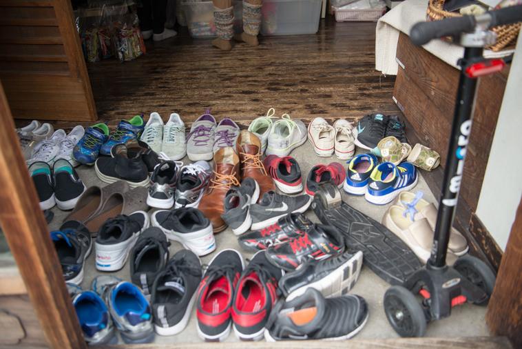 【写真】玄関には数え切れないほどの靴が並んでいて、今にも溢れ出しそう