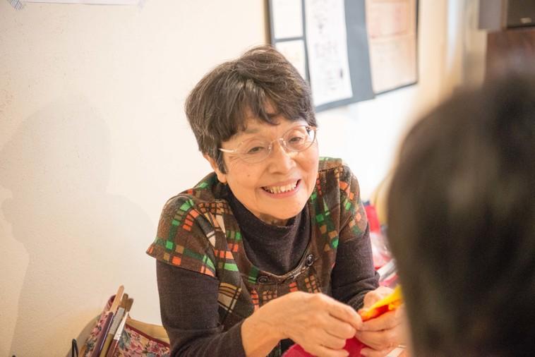 【写真】ちぎり絵ワークショップを教える女性は、笑顔で話をしている
