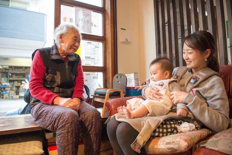 【写真】お母さんと膝の上に乗っている赤ちゃん、そして隣におばあちゃんが座っている。笑顔で微笑み合っている