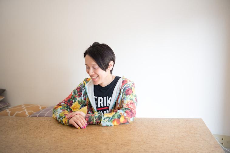 【写真】笑顔でインタビューをうけるすずきしんぺいさん