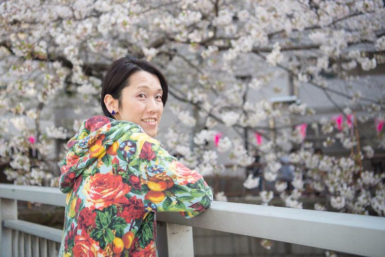 【写真】満開の桜の花の前で笑顔をみせるすずきしんぺいさん