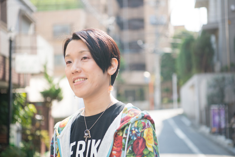 【写真】街頭で笑顔をみせるすずきしんぺいさん