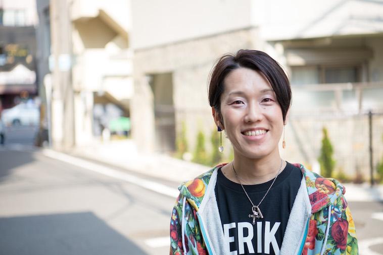【写真】街頭で笑顔で立つすずきしんぺいさん