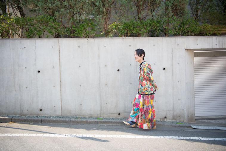 【写真】住宅街を歩くすずきすんぺいさん