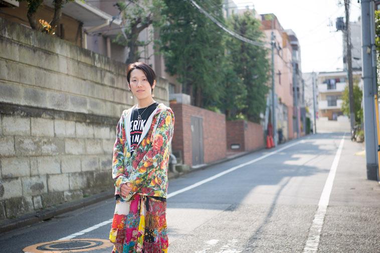 【写真】街頭で真剣な表情でカメラをみつめるすずきしんぺいさん
