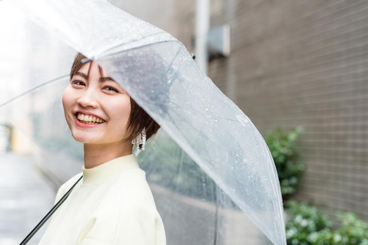 【写真】傘をさして笑顔で立っているたなかれいかさん