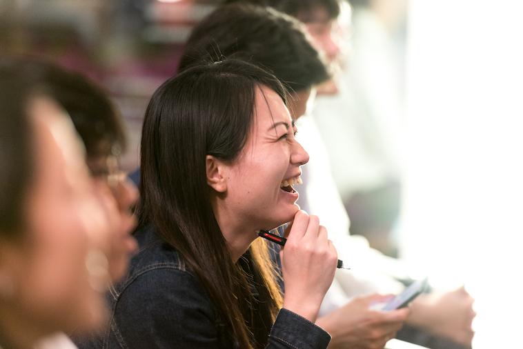 【写真】笑って話を聞いている参加者の方