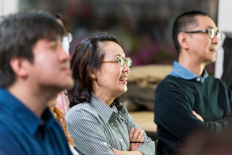 【写真】楽しそうな様子で話を聞く参加者の方々
