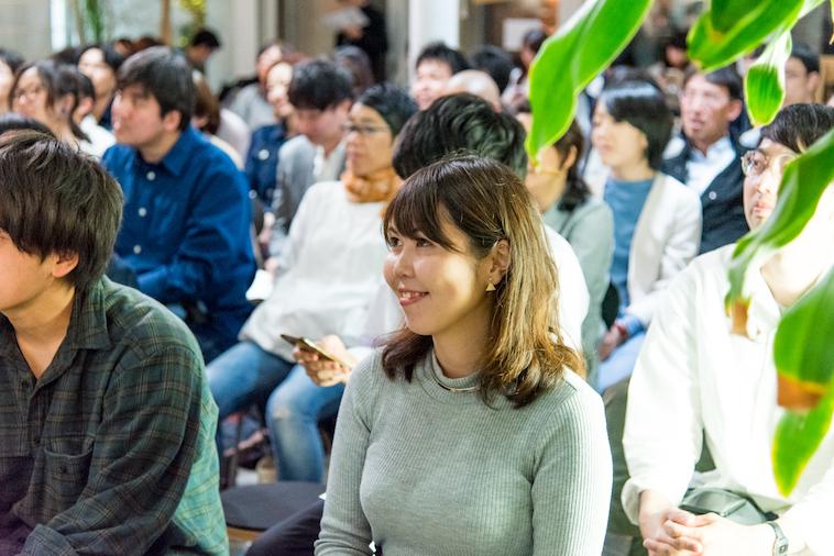【写真】満員の会場。笑顔で話を聞いている参加者の方々