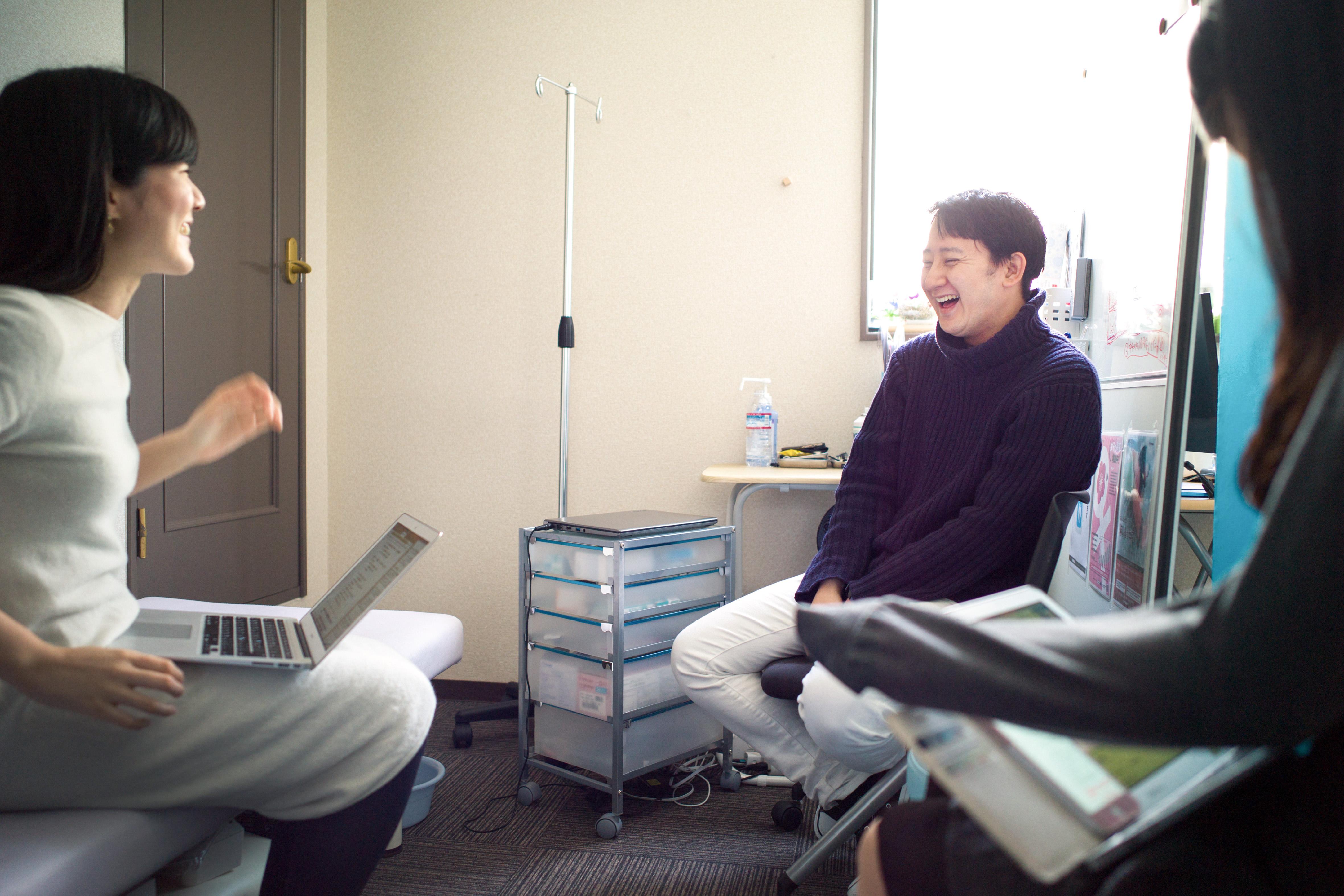 【写真】笑顔でインタビューに答えるすずきゆうすけ先生とライターのむかいはるかさん