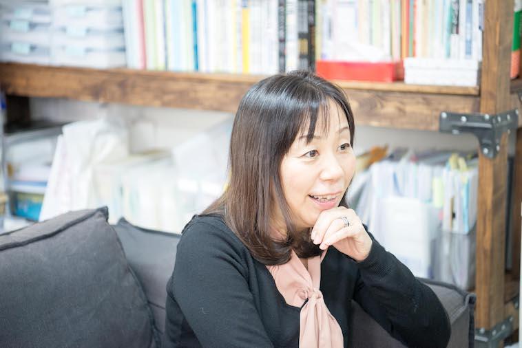 【写真】微笑んでインタビューに答えるたなかのりこさん
