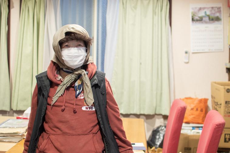 【写真】インタビューに応えるミカンさん。マスクをしているが、それでも笑みを浮かべていることがわかる。