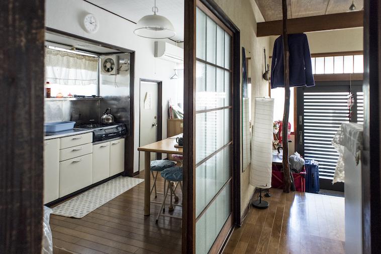 【写真】べてぶくろにある台所。木製の床やそこにひいてあるマット、ガスコンロに置いてあるやかん。はじめてきた場所なのにどこか懐かしさが感じられる。