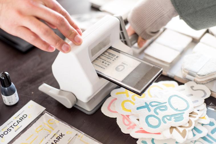 【写真】NOZOMI PAPERに活版で文字やロゴを印字する