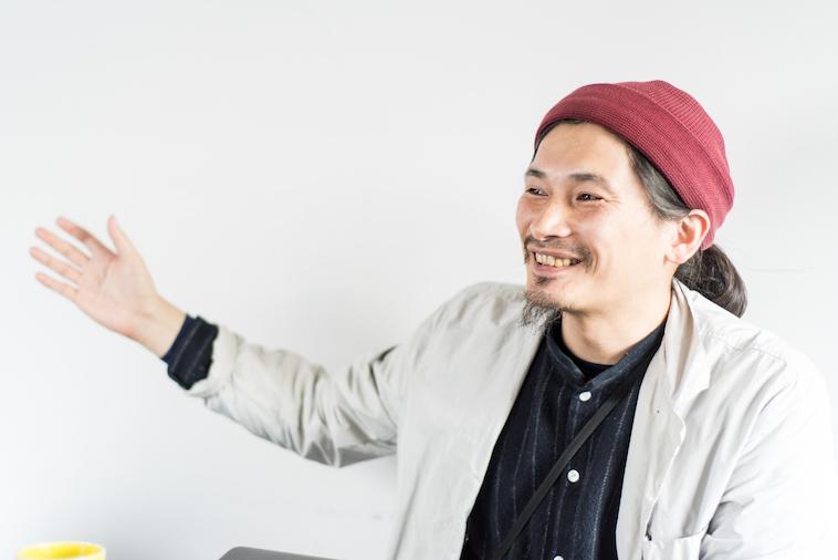 【写真】インタビューに笑顔と大きな手振りで応えるまえかわゆういちさん