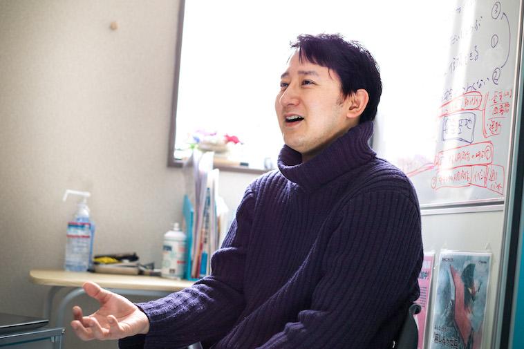 【写真】笑顔でインタビューに答えるすずきゆうすけ先生