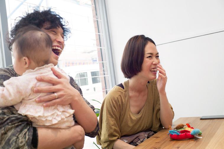 【写真】笑顔でインタビューに答えるまみさんとさくちゃんを抱いているかとうはじめさん