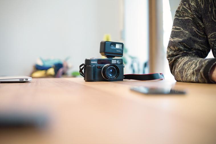 【写真】かとうはじめさんが使っているカメラの一つ。とてもコンパクトだ。