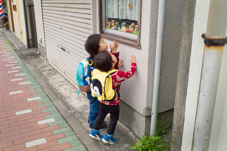 【写真】窓際に置かれている人形を興味津々に見ているさくくんとがくくん