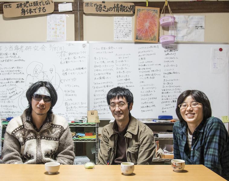 【写真】べぶくろの当事者研究に参加しているメンバーのみなさん。べてぶくろ内にある和室の机の前に座り笑みを浮かべている。