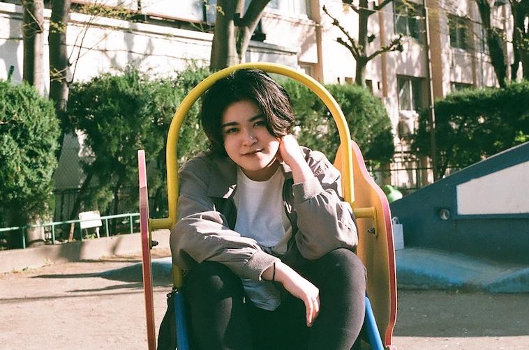【写真】笑顔で座っているあやさん