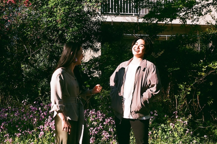 【写真】笑顔で立っているあやさんとライターのにしぶまりえさん