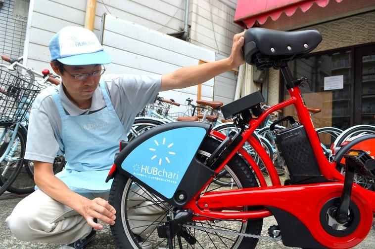 【写真】ハブチャリの自転車の整備をしている方