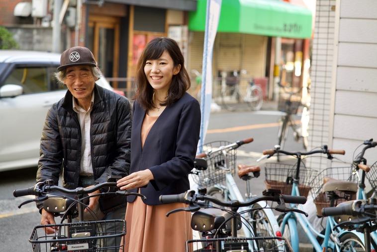 【写真】街道で笑顔で立っているかわぐちはるなさんとすぎうらさん
