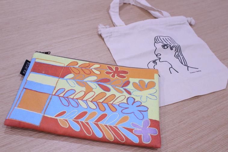 【写真】スウィングメンバーが描いた絵のポーチとバッグ。絵のタッチにそれぞれ個性が出ている
