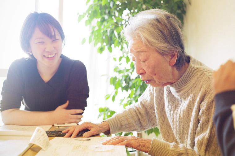 【写真】俳句を読むヤヨさんと、それを笑顔で聴いているソア取材班。