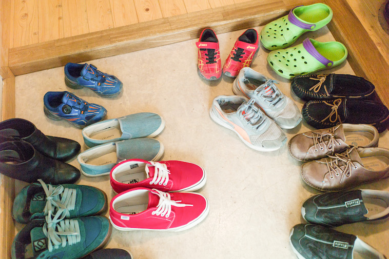 【写真】玄関に並ぶたくさんの靴、色も形も様々である。