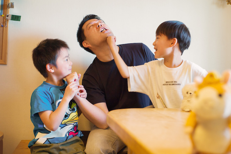 【写真】すがはらさんとプロレスごっこをして笑う小学生の子どもたち。
