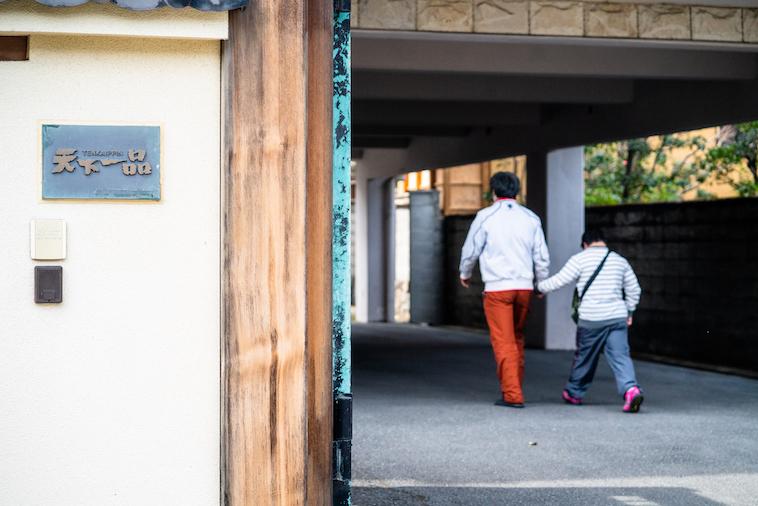 【写真】メンバー2人が手を繋いで散歩に出かけている