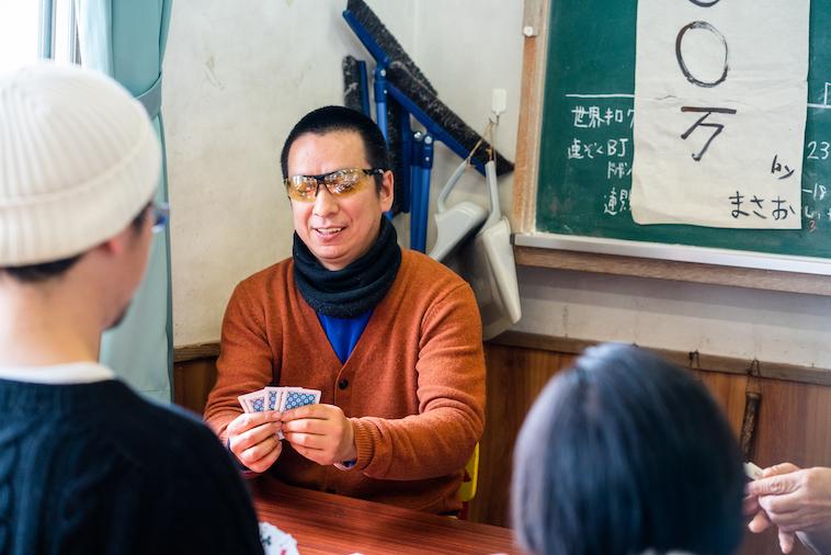【写真】嬉しそうにポーカーのカードを見つめるメンバー