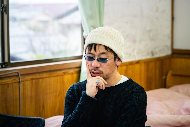 【写真】考え込む表情でインタビューに応える木ノ戸さん