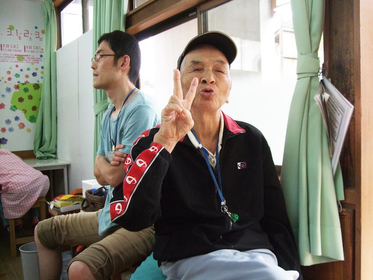 【写真】笑顔でピースポーズをするメンバーのGさん