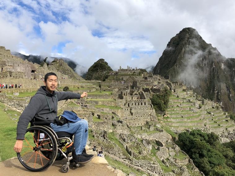 【写真】ペルーのマチュピチュを背景に車椅子に乗り、笑顔をみせるみよさん
