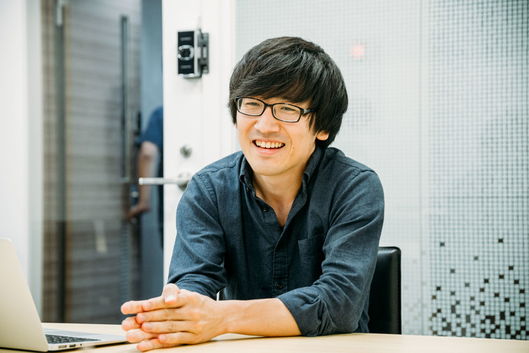 【写真】微笑んでインタビューに答えるやまもとりょうさん
