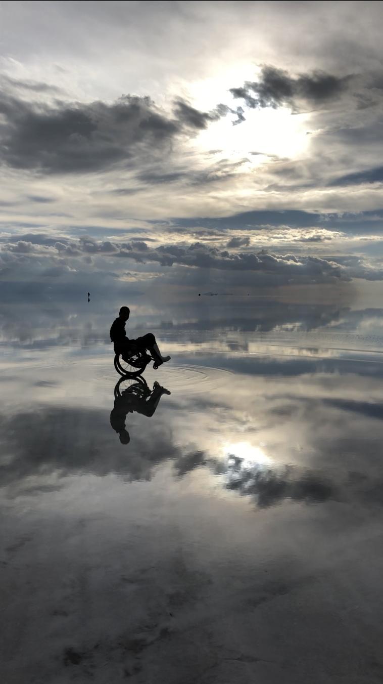 【写真】ウユニ塩湖の上で車椅子に乗っているみよさん。